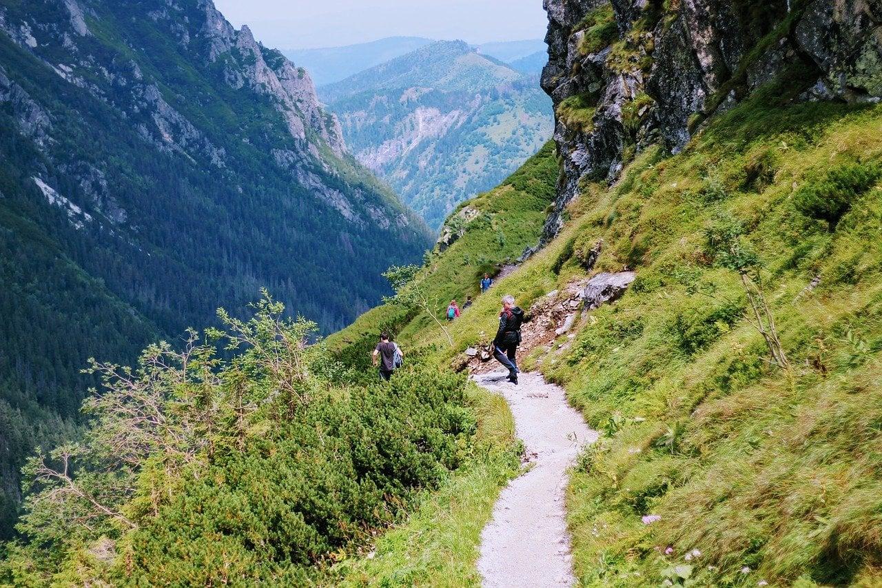 Gubałówka pozwala także na zwiedzanie okolicy i skierowanie swoich kroków w stronę wsi Witów, Chochołowa, Poronina czy podążając czarnym szlakiem dotrzeć do Doliny Czarnego Dunajca.