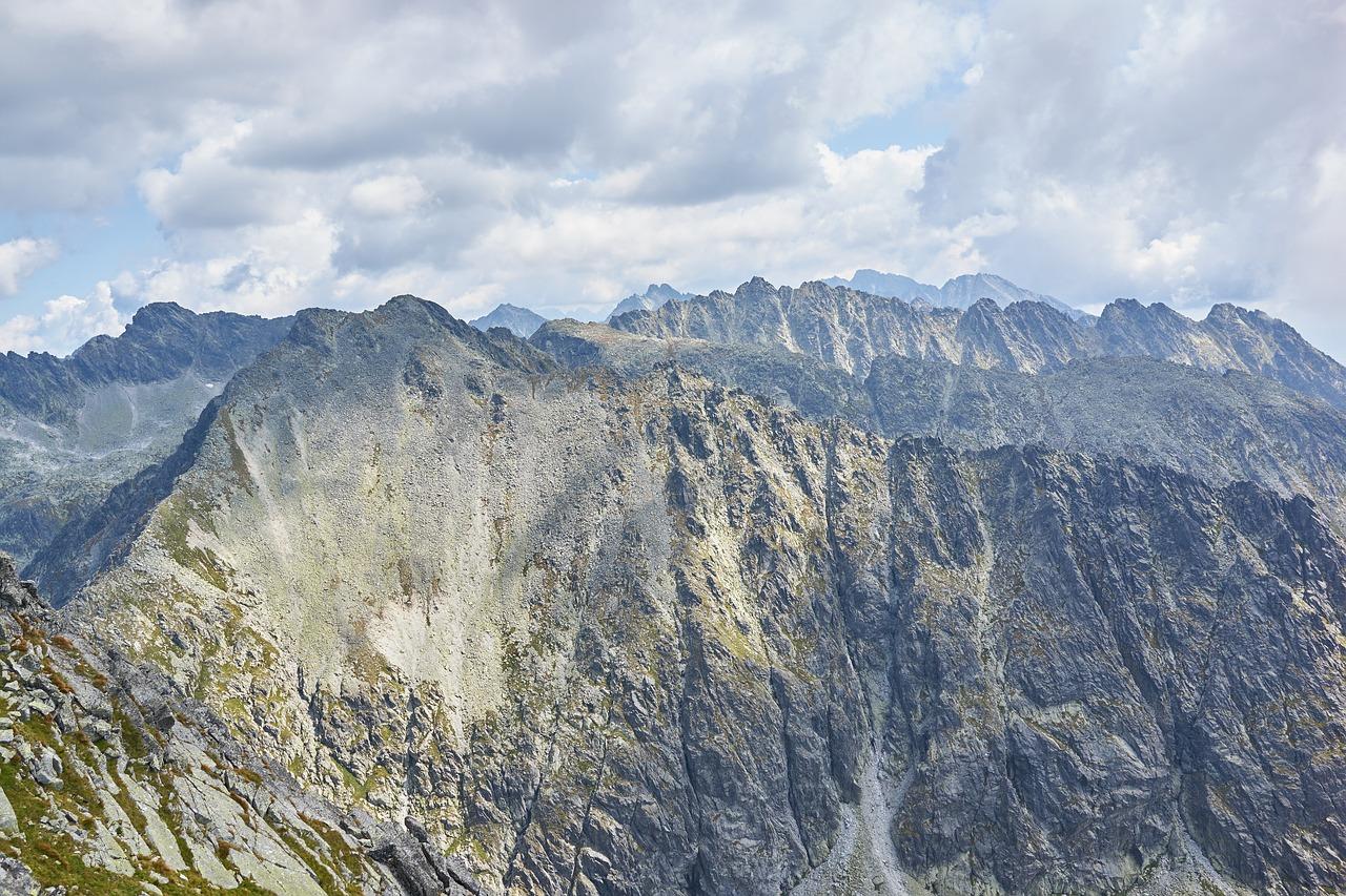 Widok na skaliste szczyty