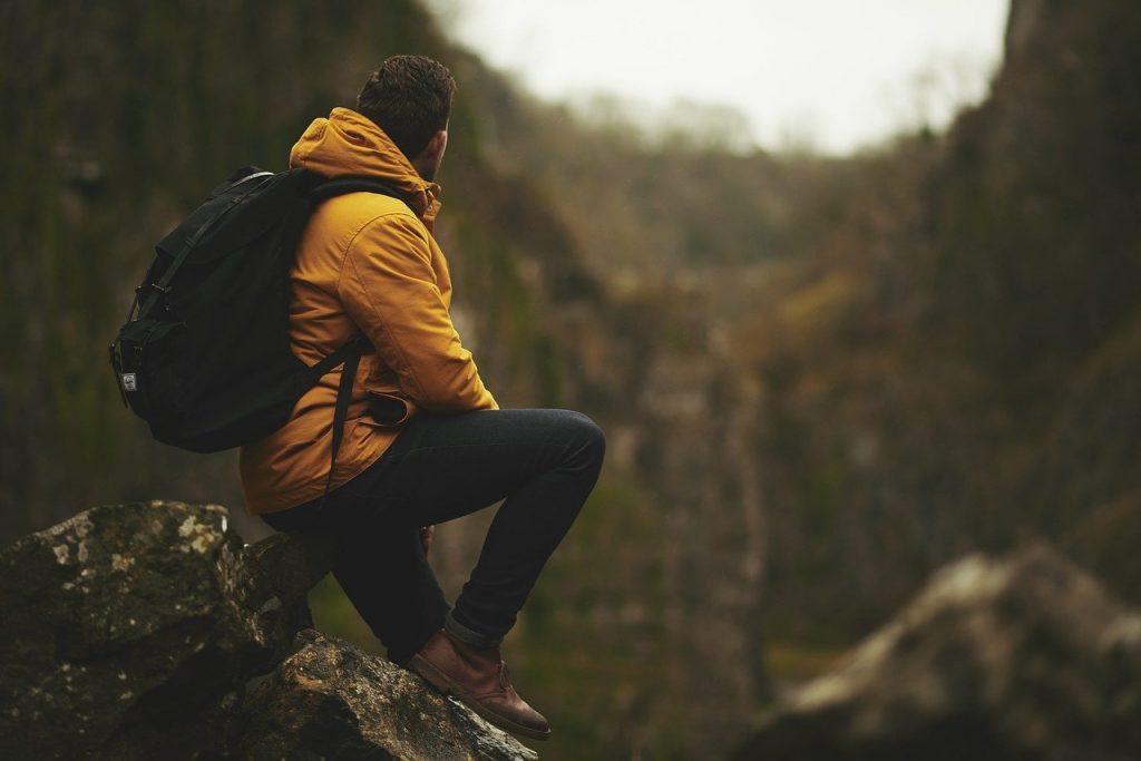 mezczyzna-z-plecakiem-siedzi-na-kamieniu.jpg