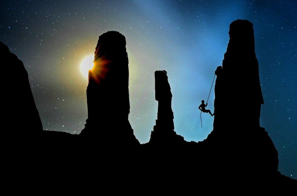 czlowiek-na-linie-wspinaczka-gorska-noc.jpg