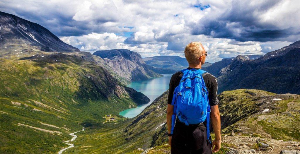 mezczyzna-w-gorach-z-niebieskim-plecakiem.jpg