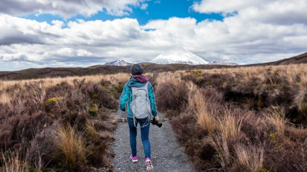 kobieta-z-aparatem-idzie-szlakiem.jpg
