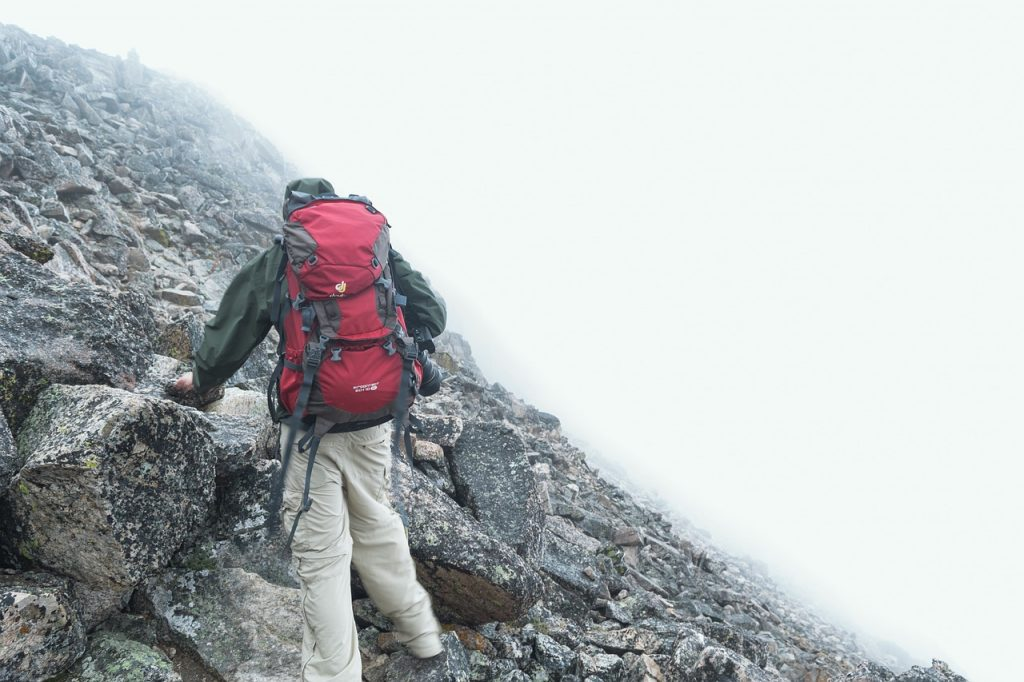 mezczyzna-wspinaczka-gorska-outdoor-softshell.jpg