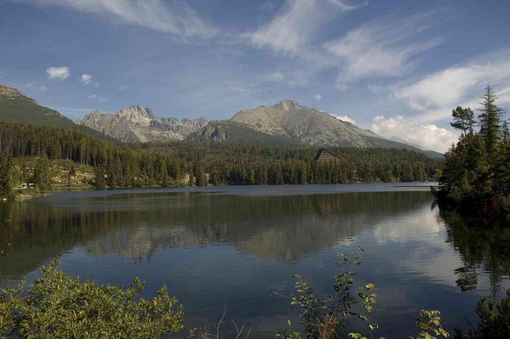 Szczyrbskie Jezioro tę okolicę musisz zobaczyć