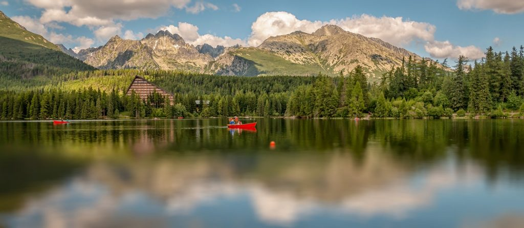 widok-na-tafle-tatrzanskiego-jeziora.jpg
