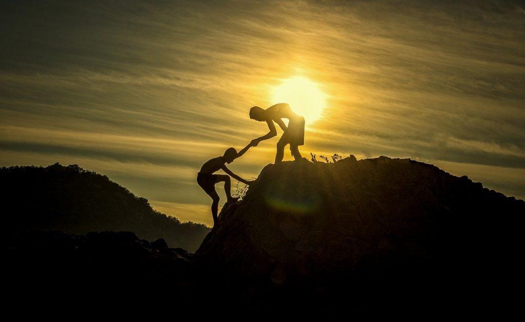 dwoje-ludzi-wspina-sie-na-szczyt.jpg