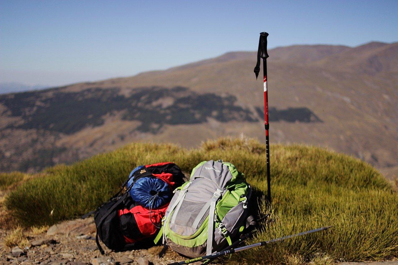 dwa plecaki w gorach