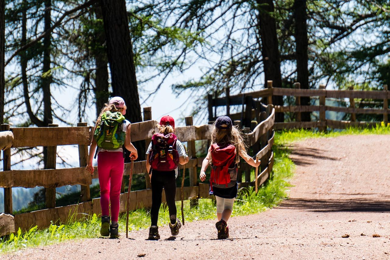 dzieci na szlaku górskim