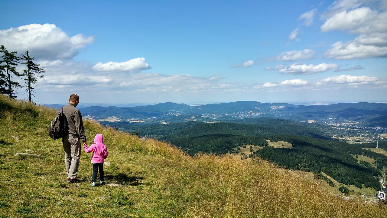 Ojciec z córką podziwający dolinę