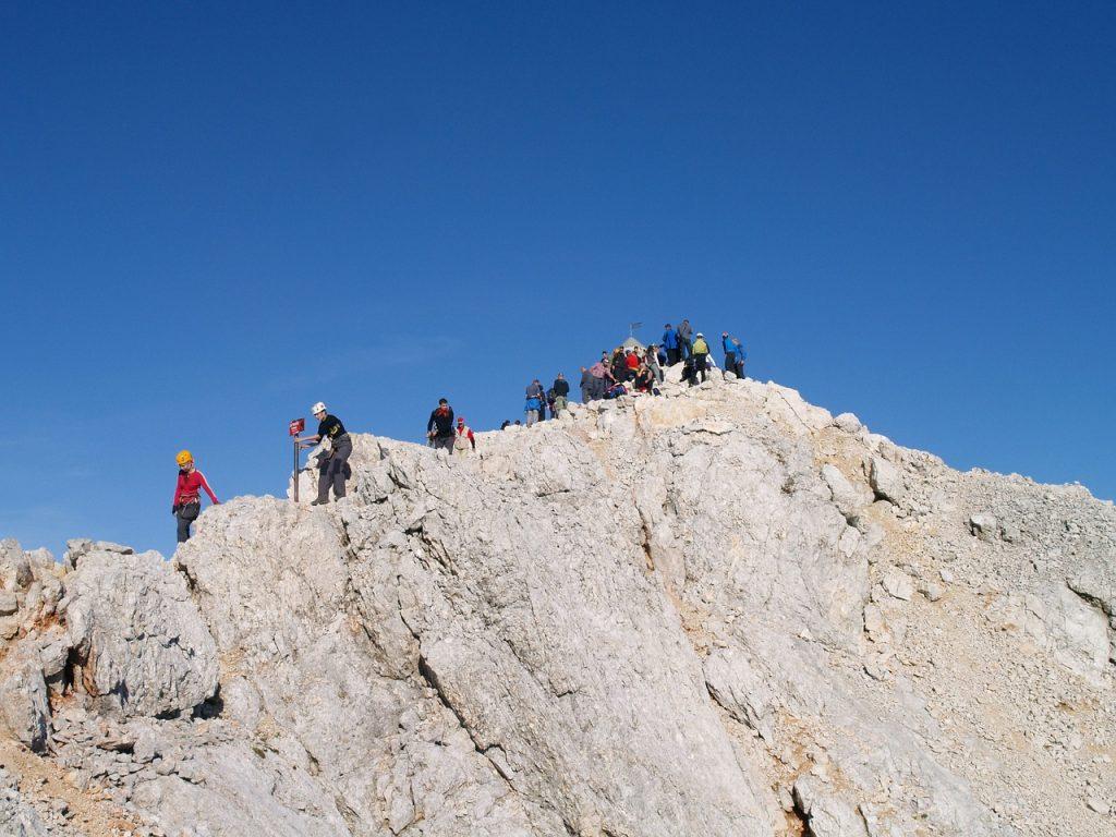 turyści-na-górze-triglav.jpg