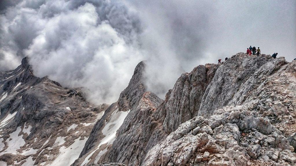szczyt-triglav-w-chmurach-i-mgle.jpg