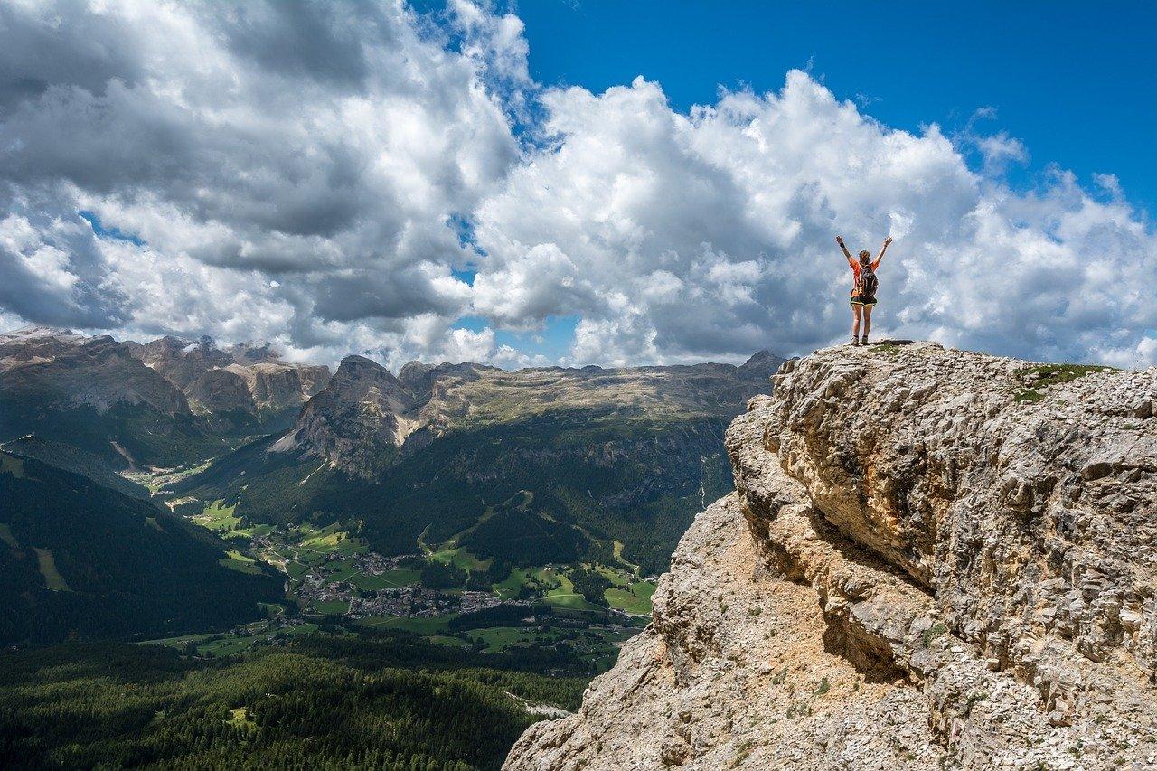 Kobieta na szczycie gory
