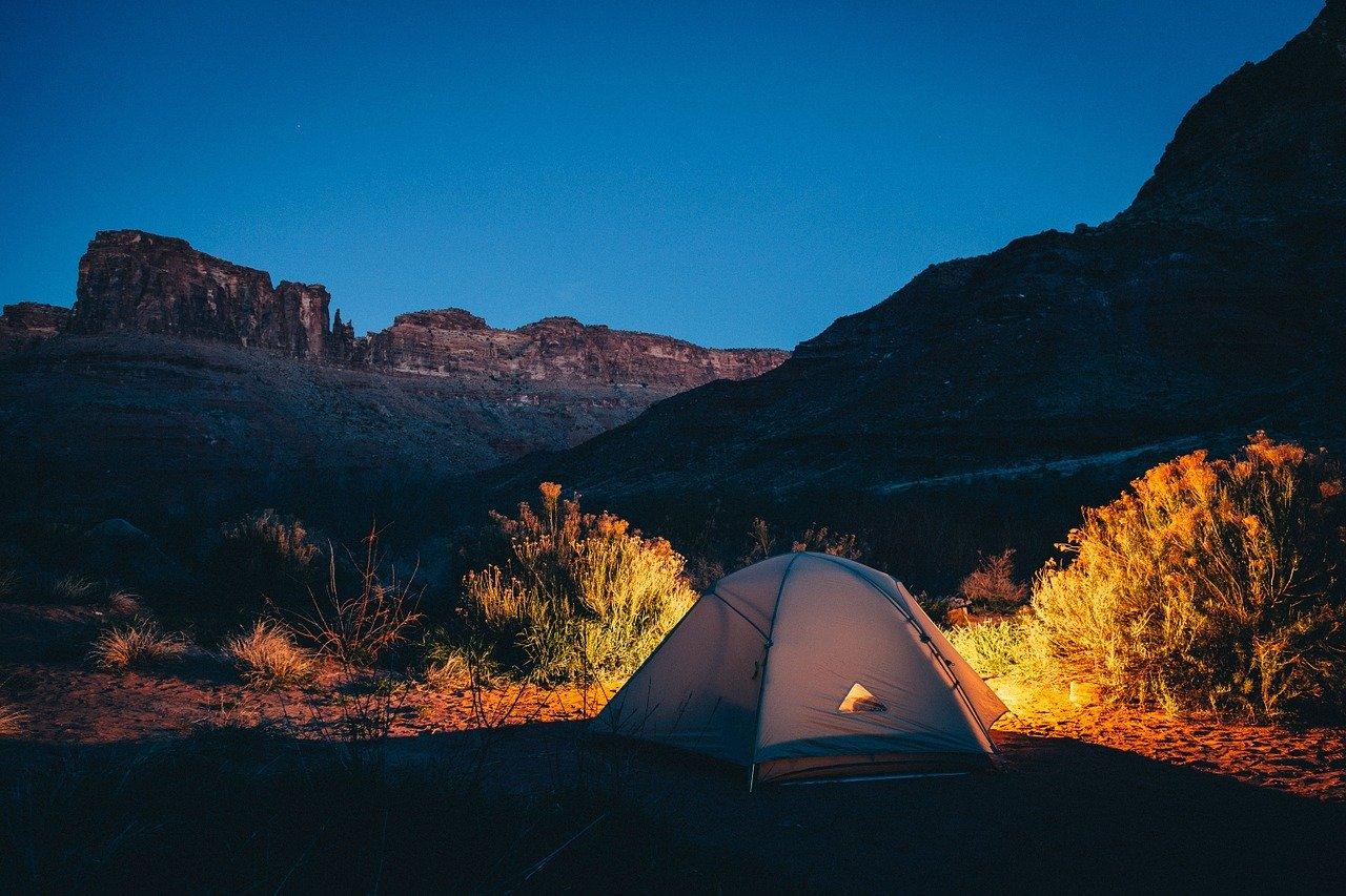 Namiot w gorach w nocy