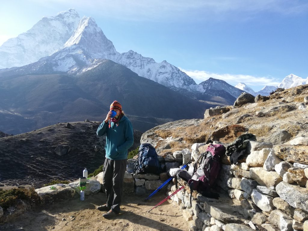 mężczyzna pijący herbatę w górach
