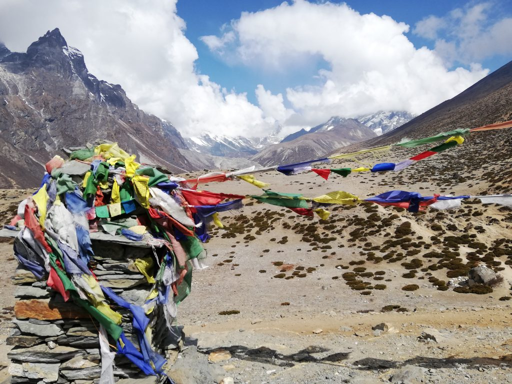 flagi modlitewne w Himalajach