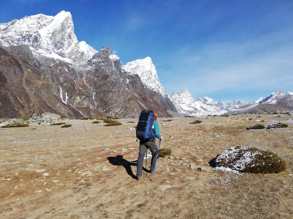 mężczyzna z plecakiem w górach