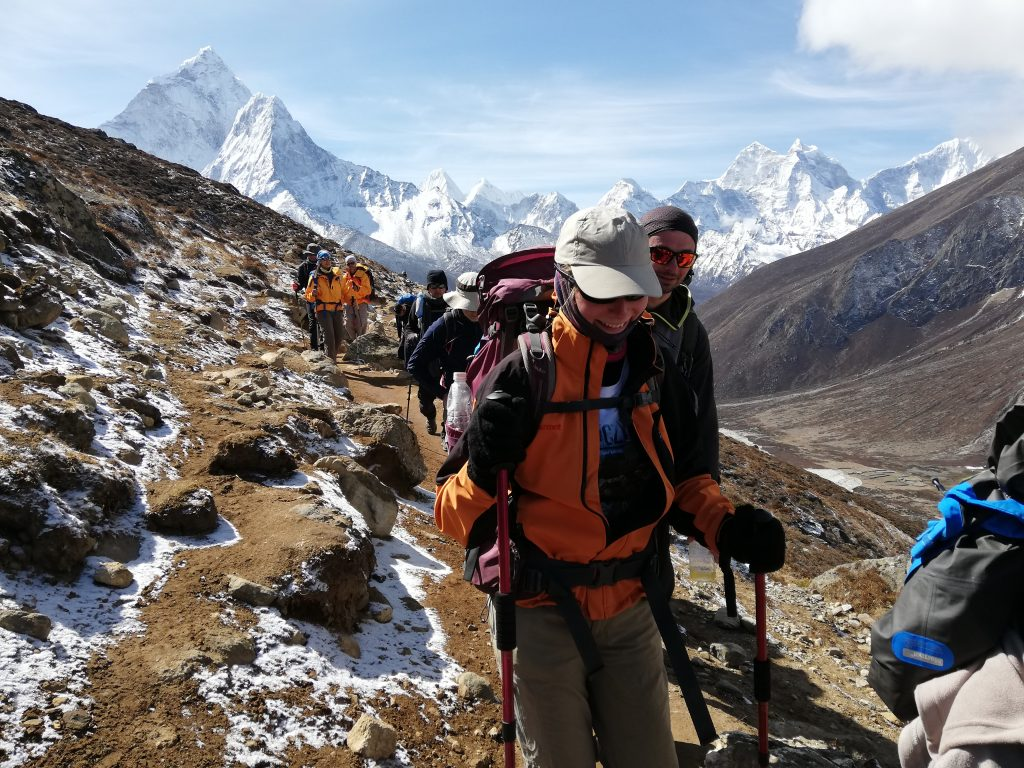 grupa ludzie maszerująca po szlaku w Himalajach