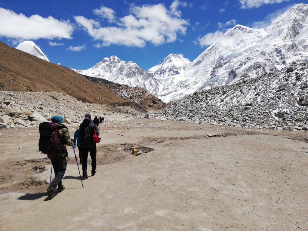 Ludzie na szlaku w Himalajach