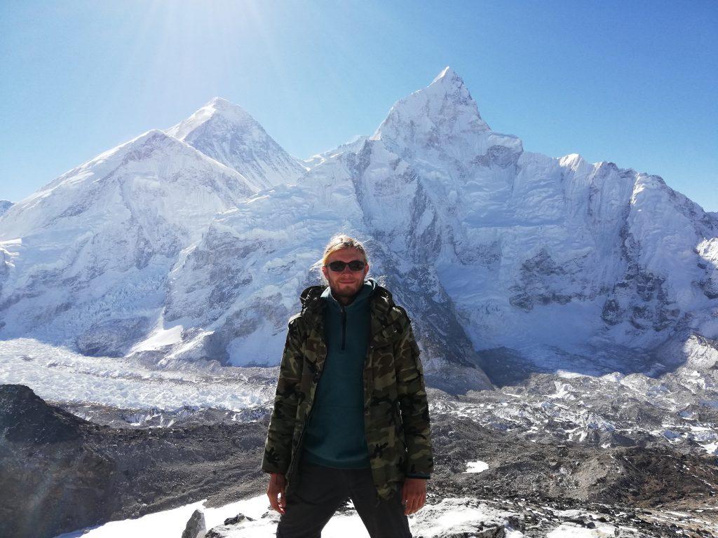 Mężczyzna z Mount Everest w tle