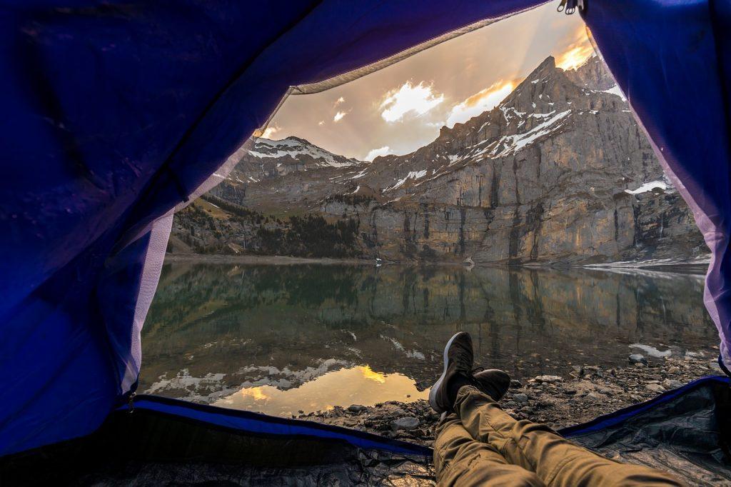 widok z namiotu na jezioro górskie