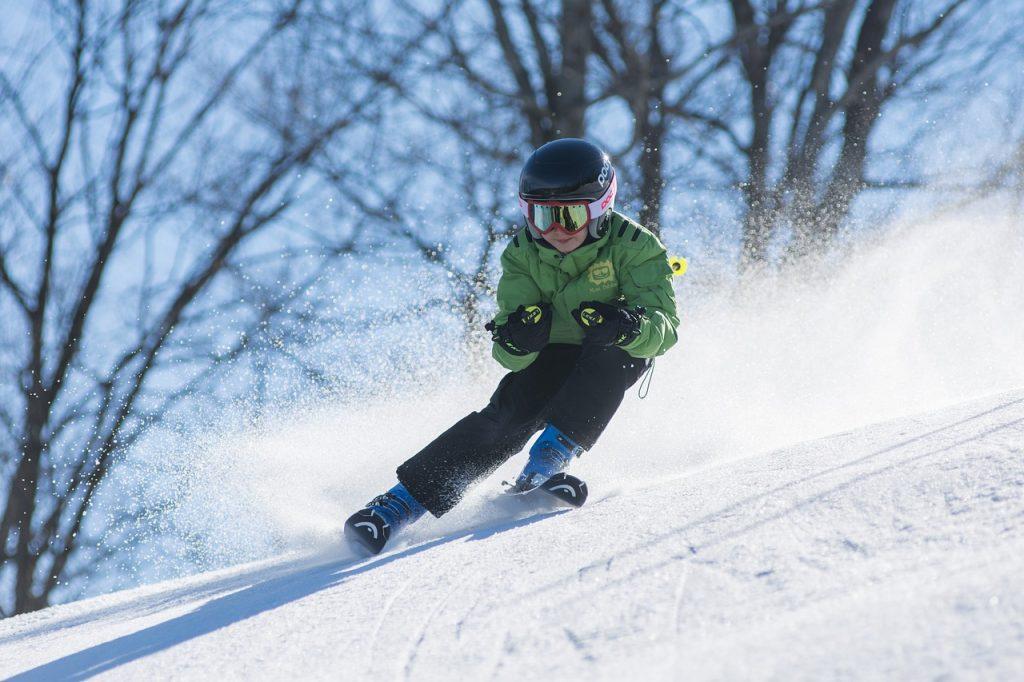 chłopiec zjeżdżający na nartach