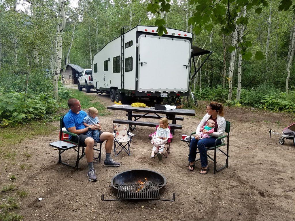 rodzina na polu campingowym