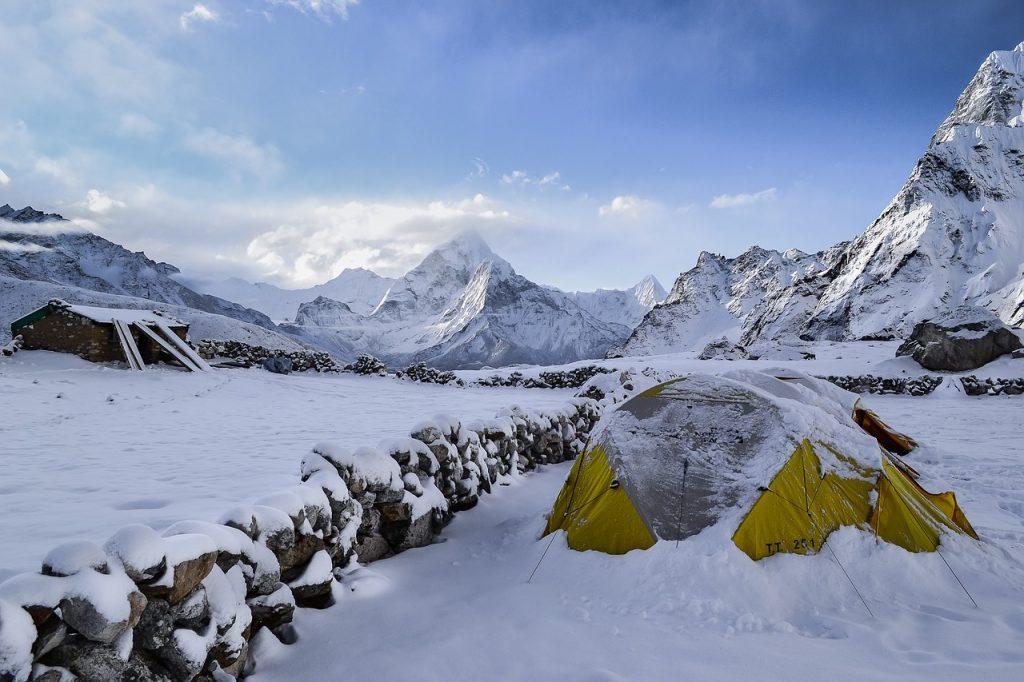 namiot w śniegu