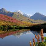 jezioro otoczone górami