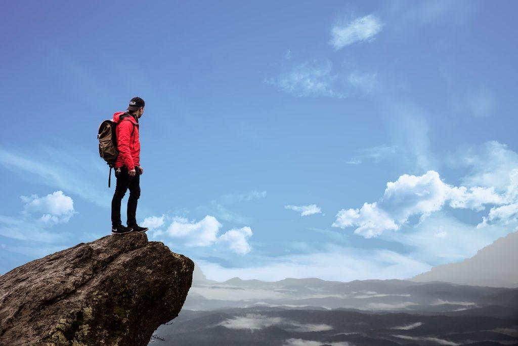 męzczyzna stojący na skale
