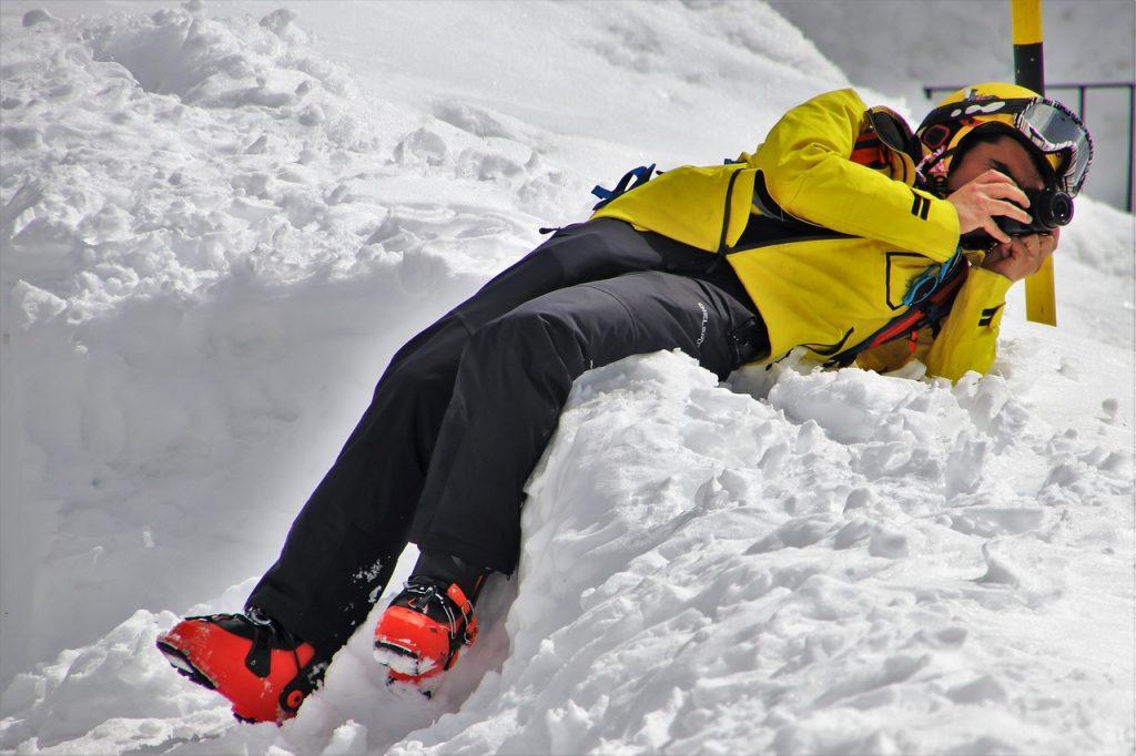 mężczyzna leżący na śniegu