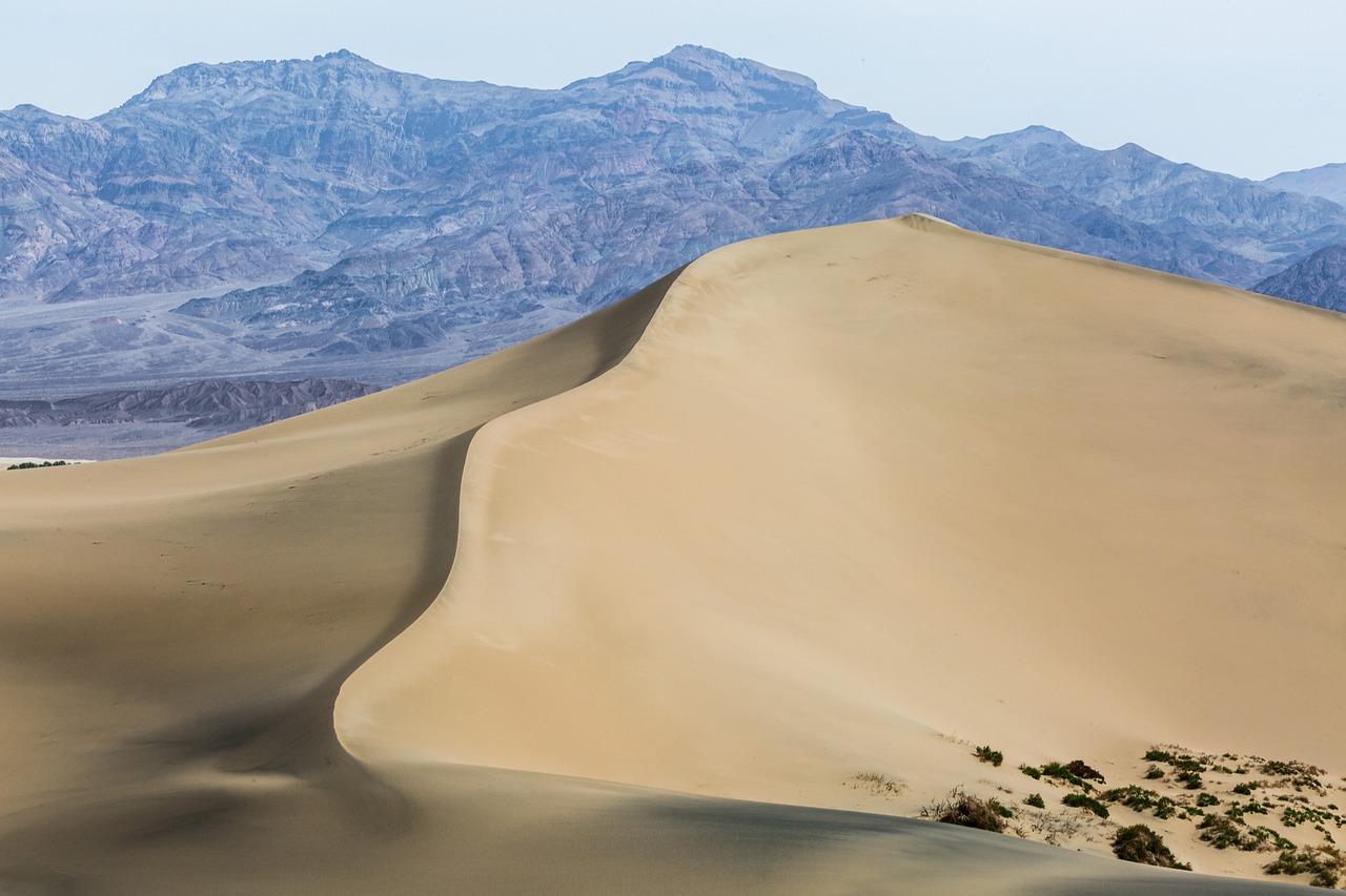 widok na pustynię i góry w tle