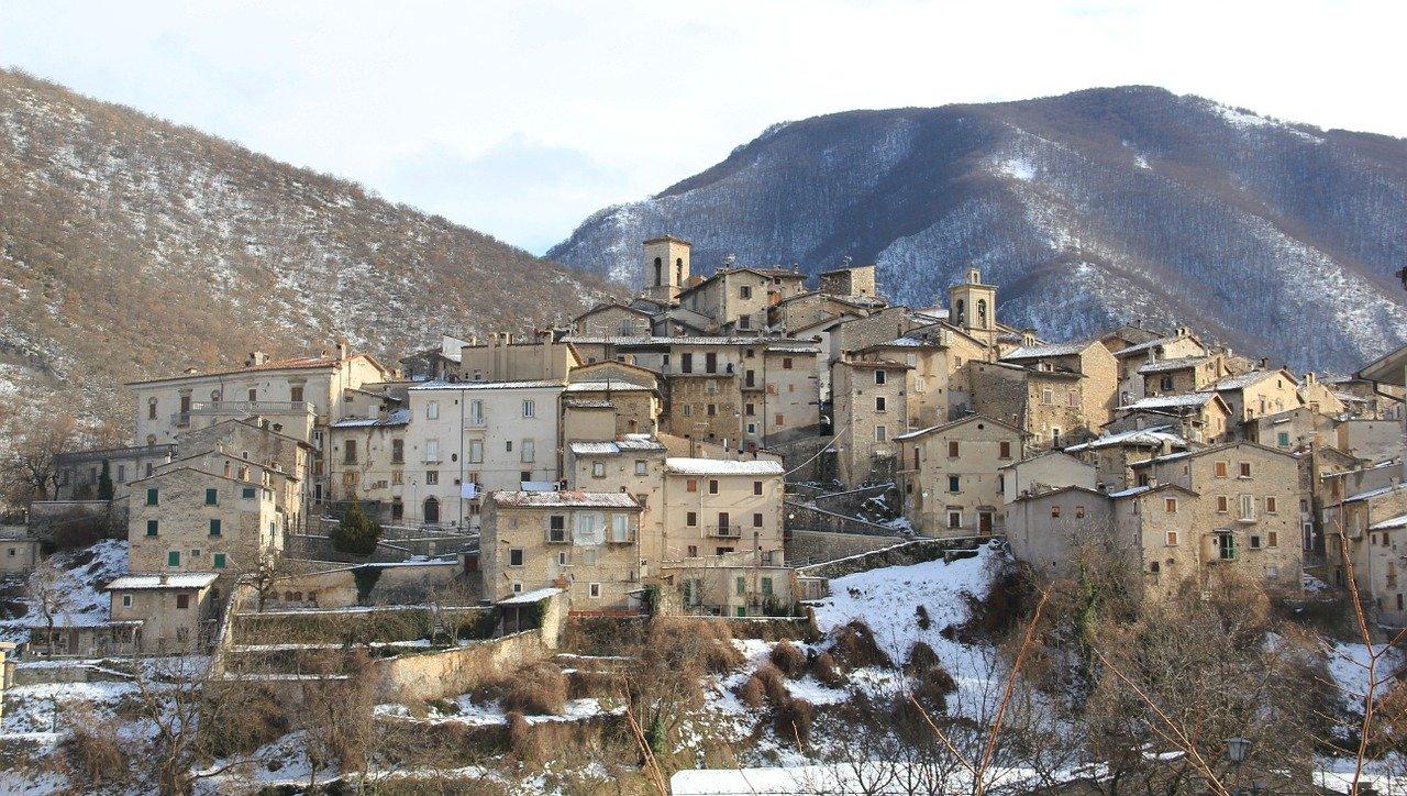 zabytkowe miasteczko u podnoza gor