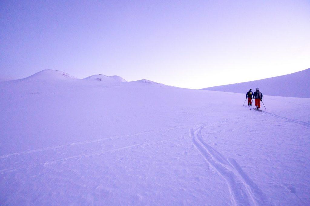 ludzie na szlaku zimą