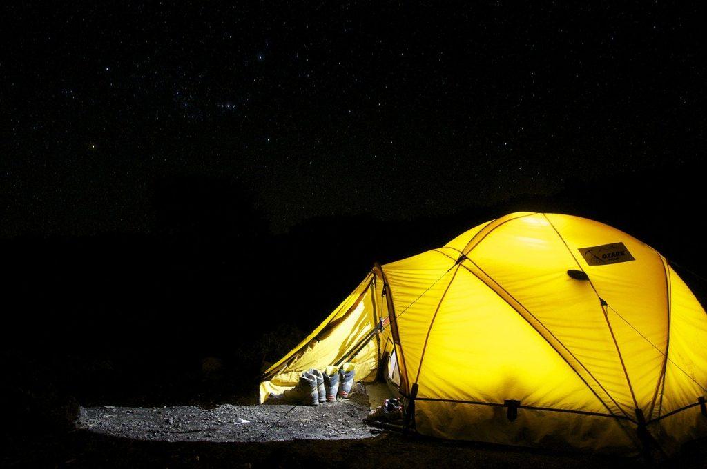 namiot nocą