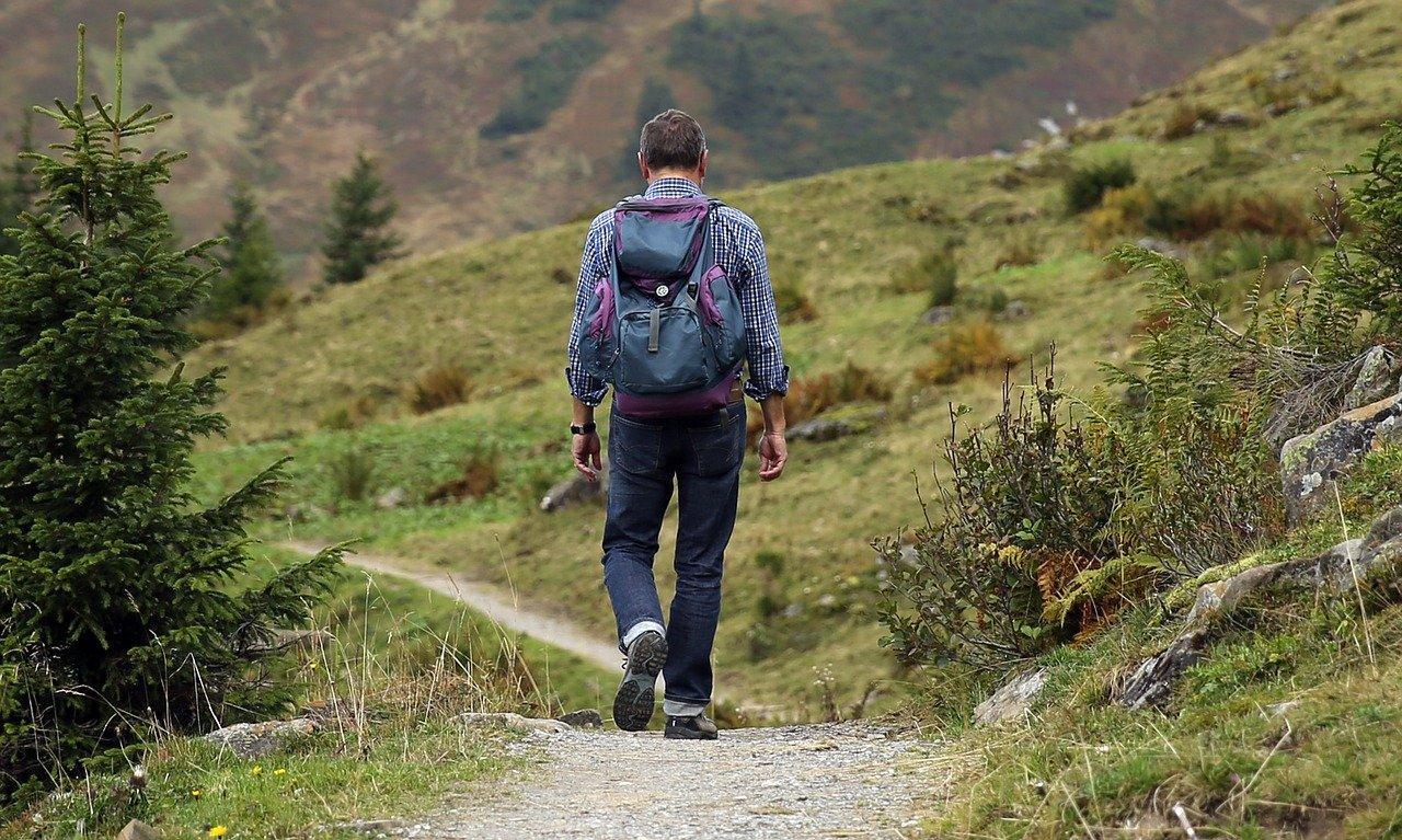 mezczyzna na gorskiej drodze
