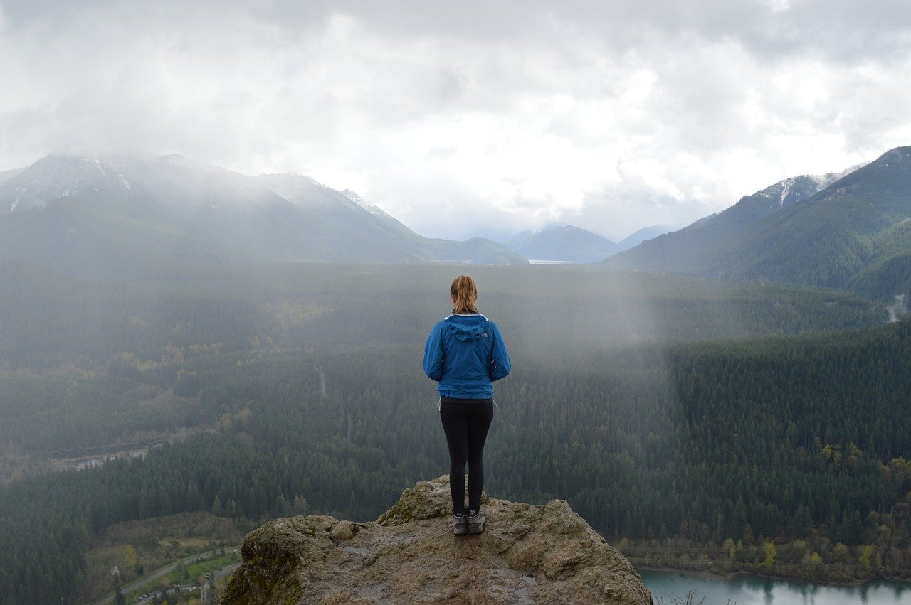 kobieta w gorach