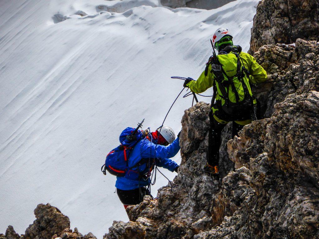 wspinacze na skałach
