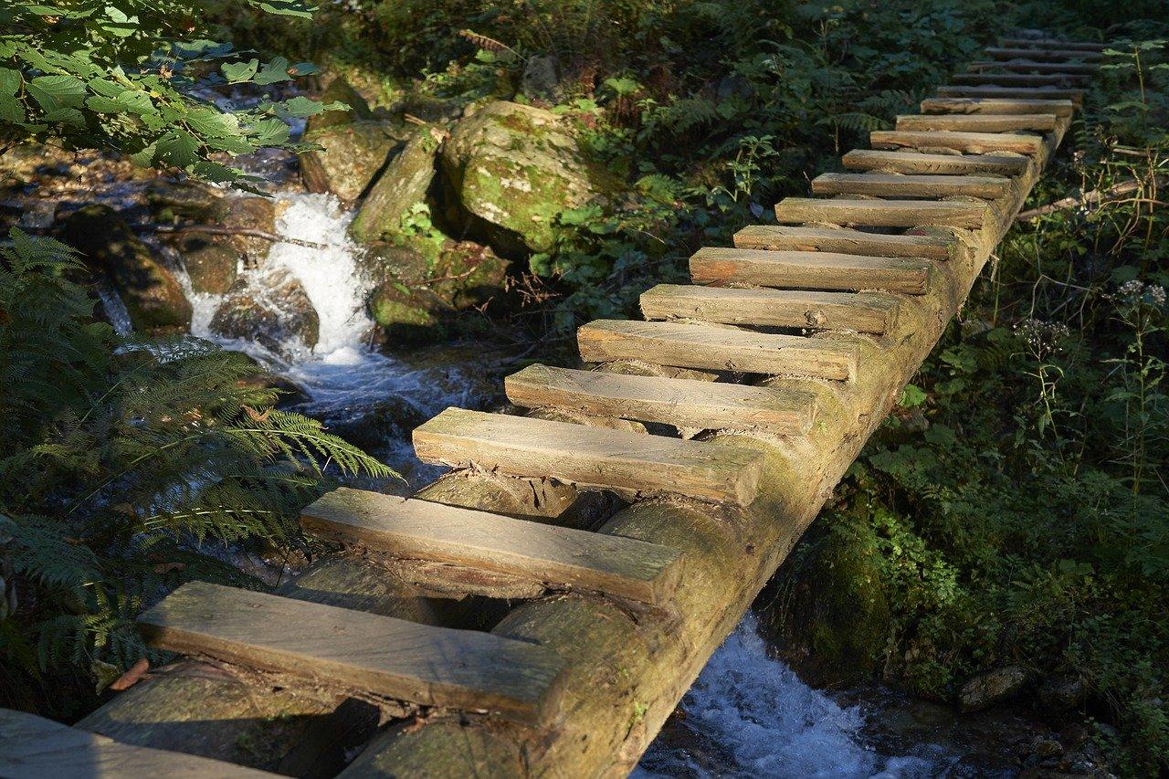 drewniana kladka nad potokiem